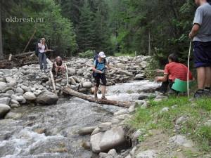 Переправа по бревну через реку